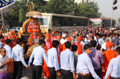 The procession enters the gates of Maninagar Mandir