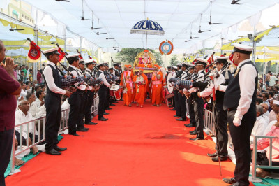 The pipe band form a guard of honour for Jeevanpran Swamibapa