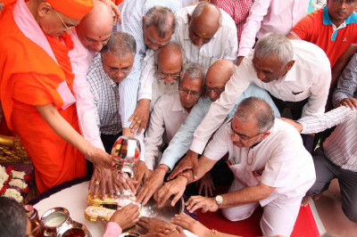 Disciples perform panchamrut snan to the golden paduka