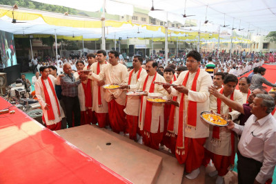 Disciples perform aarti to Jeevanpran Shree Muktajeevan Swamibapa