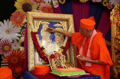 Acharya Swamishree Maharaj performs poojan to the Murtis