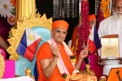 Acharya Swamishree Maharaj waves the Phillipines flag