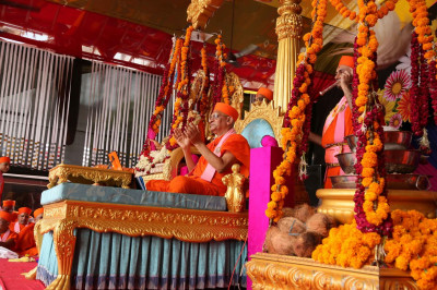 Acharya Swamishree Maharaj gives His divine ashirwad