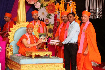 Acharya Swamishree Maharaj inaugrates the scriptures 'Vachanamrut Rahasyarth Pradeepika Tika Part 1 & 2 (Gujarati) '