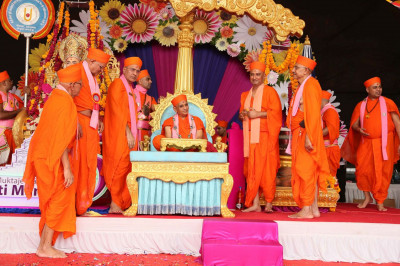 Acharya Swamishree Maharaj gives darshan to sadguru sants