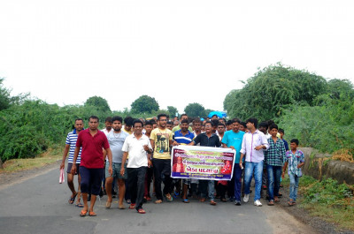 Disciples of Pachmahal travel on foot to Kheda