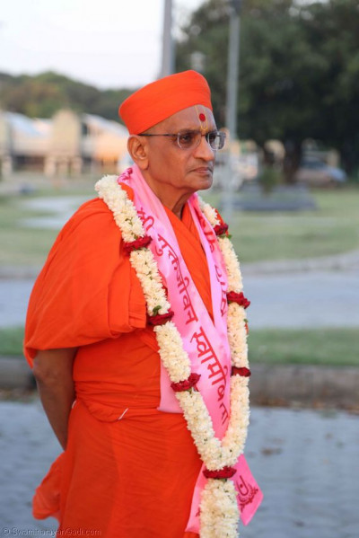 Acharya Swamishree gives darshan in the airport car park