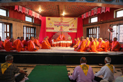 Acharya Swamishree, sants, and disciples perform dhyan