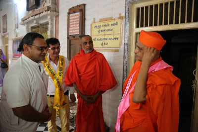 Acharya Swamishree speaks to the sants and priest of the temple