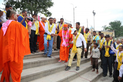 Acharya Swamishree arrives at the banks of River Saryu in Ayodhya