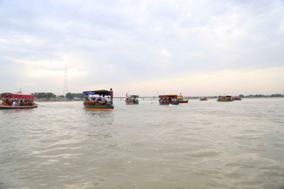 Many boats were hired for the boat trip for everyone