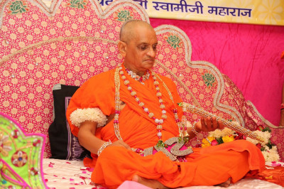 Special garland is presented to Acharya Swamishree