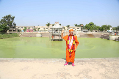 Divine darshan of Acharya Swamishree at Naran Sarovar
