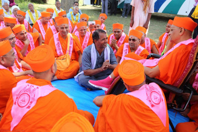 A decedant of Rampratapbhai comes for Acharya Swamishree's darshan