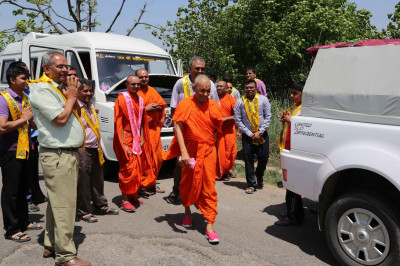 Acharya Swamishree visits a broken down vehicle during the yatra