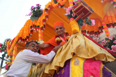 Acharya Swamishree gives darshan to disciples