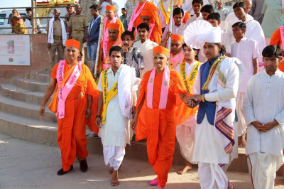 Acharya Swamishree Maharaj arrives at a special 'Vasant Pooja' sabha  in Kashi