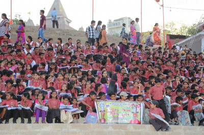 School children of Varanasi are given school bags by the sanstha