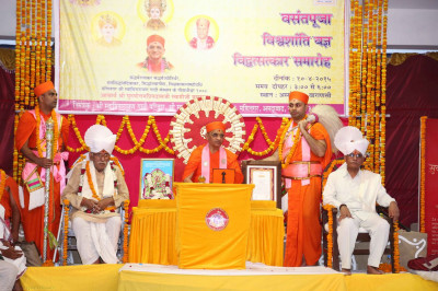 Acharya Swamishree gives His divine ashirwad in Hindi