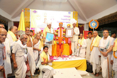 Acharya Swamishree with eminent scholars