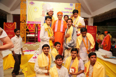ACharya Swamishree gives darshan to the priests