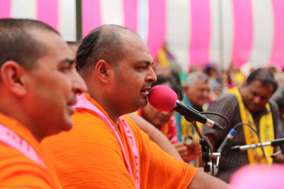 Sants sing kirtans during the ashirwad