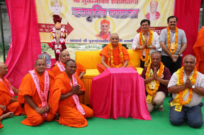 Acharya Swamishree gives darshan to the sants and disciples who helped in organising the yatra