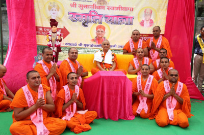 Acharya Swamishree gives darshan to some of the sants who helped in the organisation of the yatra