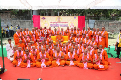 Acharya Swamishree gives darshan to all the sants who have come on the yatra