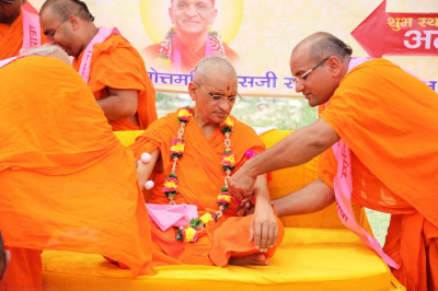 All the sants got an opportunity to put a rakhadi on Acharya Swamishree