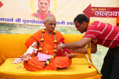 Disciples also put rakhadis on Acharya Swamishree