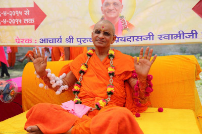 Acharya Swamishree gives darshan with the rakhadis