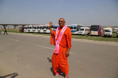 Acharya Swamishree gives darshan at the coach park