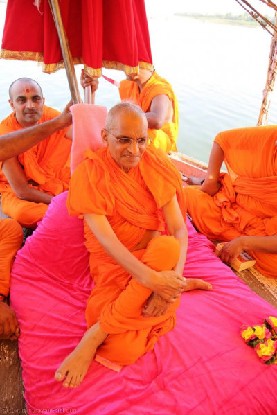 Acharya Swamishree gives darshan on a boat