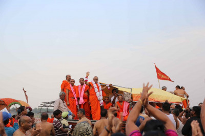 Acharya Swamishree showers His blessings on to disciples