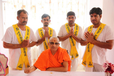 Acharya Swamishree gives darshan to the maharajs who cooked during the yatra
