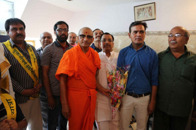 Acharya Swamishree gives darshan to the hotel owners