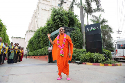 Acharya Swamishree gives darshan the dates of Radisson hotel