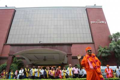 Day 8 - Acharya Swamishree gives darshan outside The Piccadily hotel in the morning