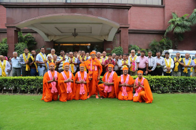 Acharya Swamishree gives darshan outside The Piccadily hotel