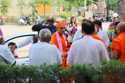 Acharya Swamishree arrives in Maninagar at 3.45pm