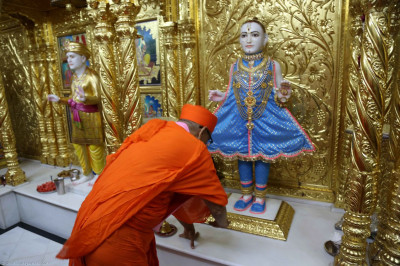 Acharya Swamishree pray to Lord Swaminarayan