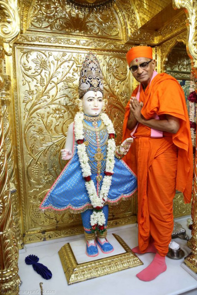 Divine darshan of Lord Swaminarayan and Acharya Swamishree