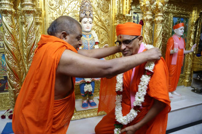 A garland is put on Acharya Swamishree