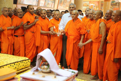 Acharya Swamishree, sants, and disciples perform aarti before the start of the 24hr dhoon
