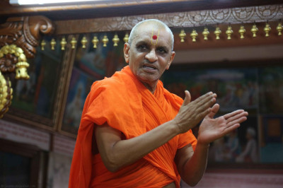 Acharya Swamishree gives darshan during the dhoon