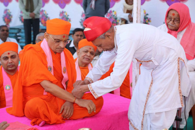 Sacred thread being tied to Acharya Swamishree