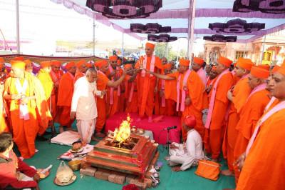 Acharya Swamishree and sants perform aarti during the ceremony