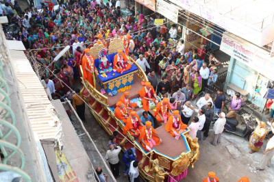 The procession passes through the streets of Viramgam