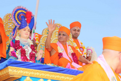 Acharya Swamishree showers His blessings to all